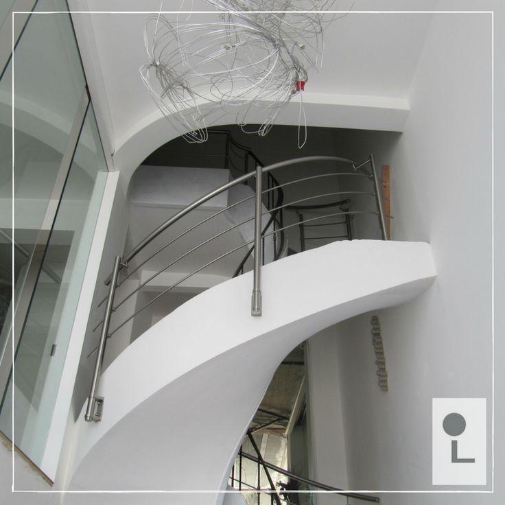 Balustrade spil van rvs met gebogen knieregels binnenzijde trap. Gemonteerd met zijmontage. #maatwerk #rvs #spil #balustrade #lumigrip