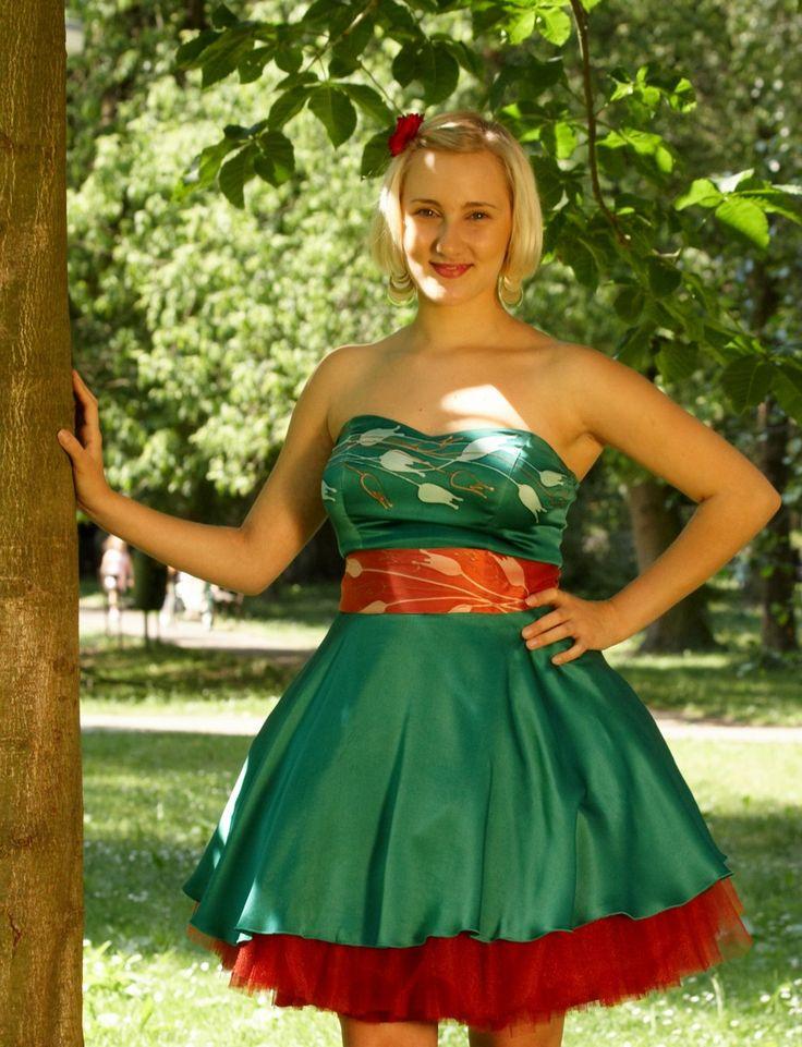 Zelené+hedvábné+šaty+Společenské+hedvábné+šaty-+na+objednávku.++ZELENÉ+ŠATY+s+červenou+malbou+a+spodničkou..+Celý+vrchní+díl+je+dvojitý+ze+strečsaténu.+Vrchní+část+vyztužená+a+zdobená+malbou+tulipánů.+Sukně+je+kolová+ze+saténu.+(100%+přírodní+hedvábí-+ručně+malované).+Spodnička+je+tylová+a+mnohovrstvá+a+také+je+využitelná+samostatně+jako...