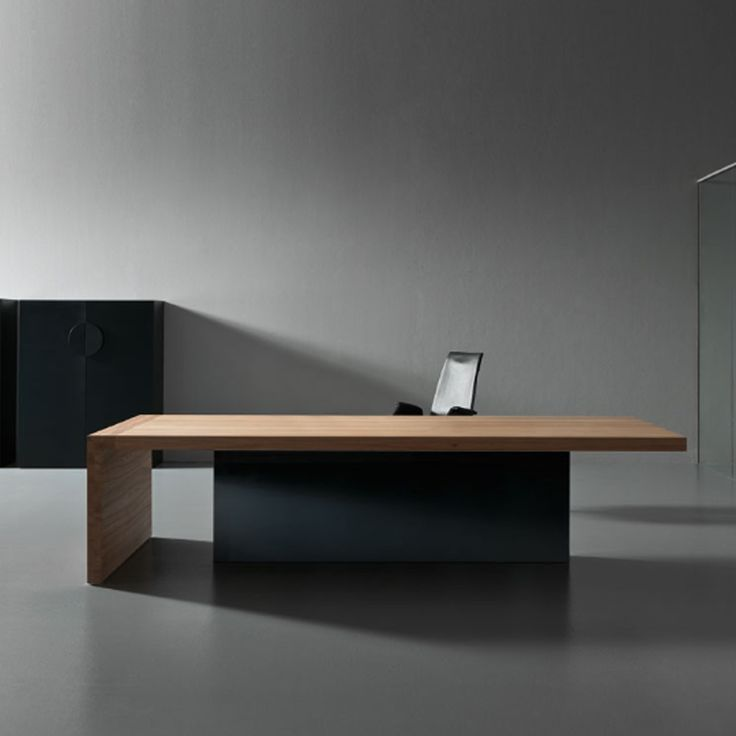 Kyo Olmo Executive Office Desk highlights the materiality of the red American elm wood, of great strength and exceptional structural characteristics.