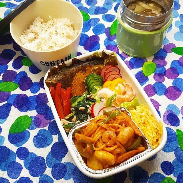 おはようございます 息子弁当です。 ・ ぶりグリル…オリーブオイルで 赤パプリカナムル 小松菜ツナ 胡瓜塩もみ ラディッシュ塩もみ 金柑と海老の和物 シーフードナポリタン 錦糸卵 きのこスープ もち麦+雑穀ごはん ・ 2017/04/07昨日の息子弁当です。これで春の息子弁当はおしまい次は夏休み(^^)♪ その間は、仕方ない、旦那弁当でも作るか😂😂😂 ・ #お弁当 #おべんとう #息子弁当 #男子弁当 #食べ盛り #homecooking #obento  #Lunch #Instafood #yummy #food  #foodpic #japanesefood #instagood #ティータオル  #marimekko #マリメッコ #THERMOS #スープジャー #富士ホーロー #琺瑯 #ケノコト