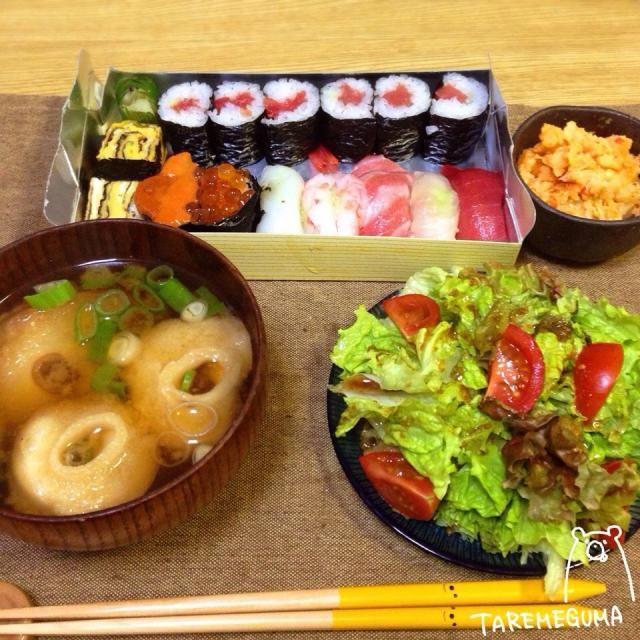 説明会で夕飯用にお弁当が出た!なんとお寿司 持って帰ってきたら、ちょっとかたよっちゃったけど…美味しい✧*。٩(ˊᗜˋ*)و✧*。 - 162件のもぐもぐ - お寿司、グリーンサラダ、キムチポテサラ、お麩のお味噌汁 by TAREMEGUMA