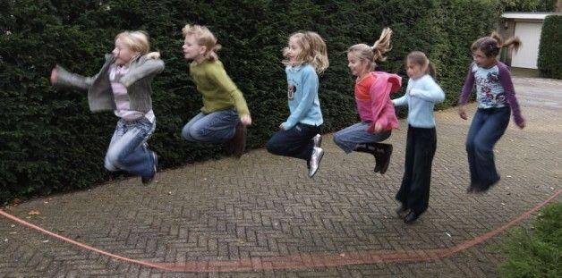 Touwtje Springen op het schoolplein. In spin ... De bocht gaat in....