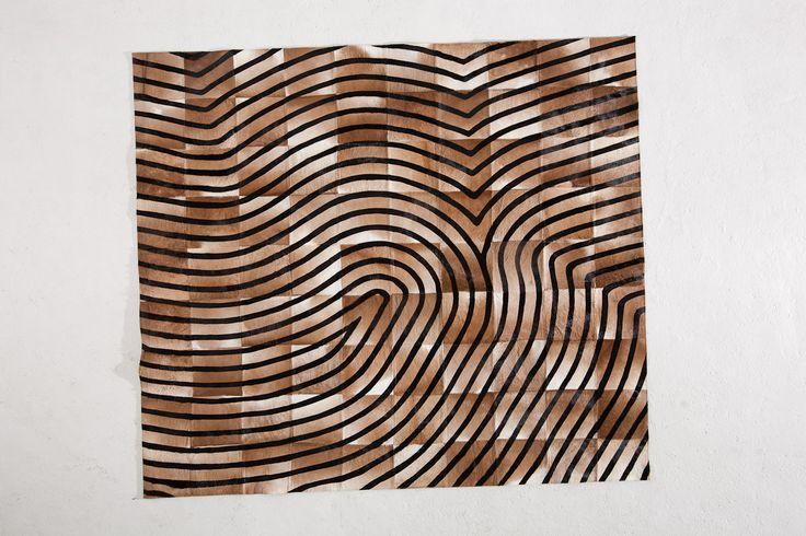 Tapete decorativo African-Leather Ref Shanga. Este es uno de los muchos diseños que te damos para que tu puedas personalizarlos. Juega con los colores, diseños y tamaños y crea con nosotros lo que imaginas. African Leather Tapetes. Medellín Colombia. Cowhide rugs. Tapes de cuero en pelo. Cowhide Patchwork Rugs