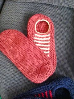 Com um novelo e meio de lã Família da Pinguim, e agulha de tricô nº 4,5 dá para fazer um par destas Sapatilhas de tricô para adulto.     ...