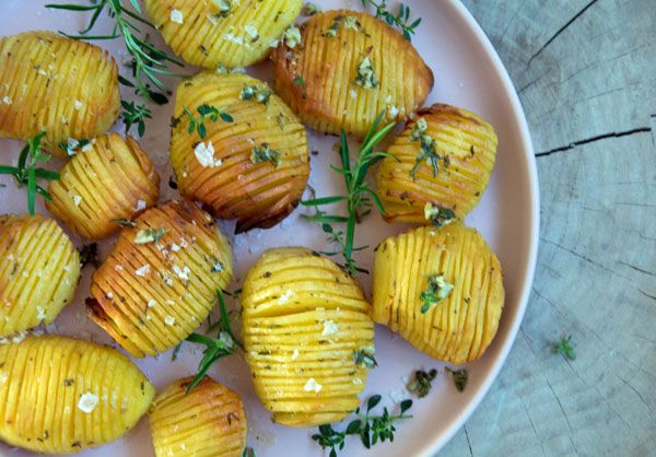 Hasselback kartofler med hvidløg og krydderurter