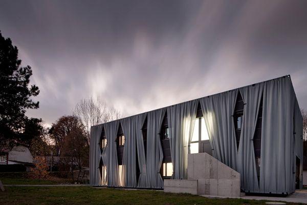 aichinger houseAiche House, Home Exterior, Aiching House, Interiors Design, Curtains Fabrics, Hertl Architekten, Windows Treatments, Austria, Amazing Architecture