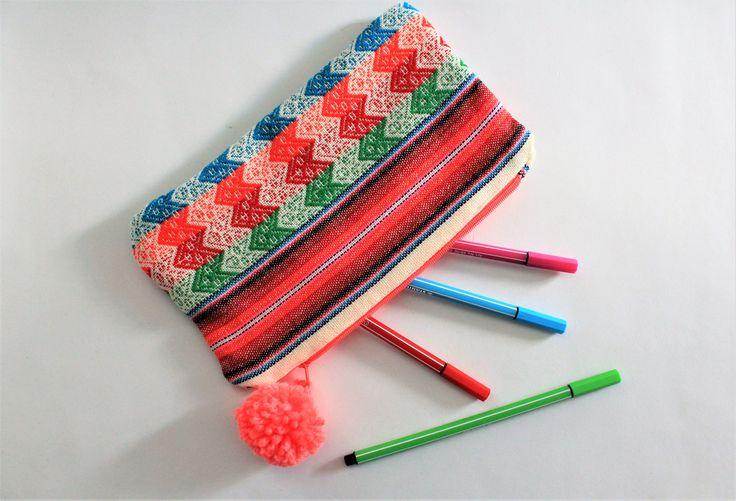 Trousse pompon, trousse crayon ethnique, tissu tissé, style boho, trousse hippie, accessoire couleur, trousse maquillage, création originale de la boutique Underthecocotiers sur Etsy