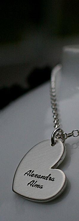 Paksu sydänlaatta, johon on etsattu lasten nimet. Tilaa personoidut joululahjakorut marraskuun aikana. www.paulankorukauppa.net