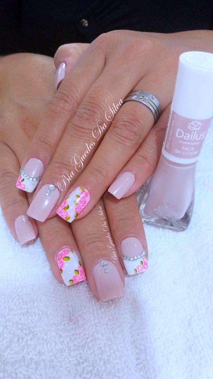 Aqui poderá tirar algumas ideias para pintar as suas unhas de cor de rosa e aproveitar também para deixar as suas unhas bonitas e bastante originais.