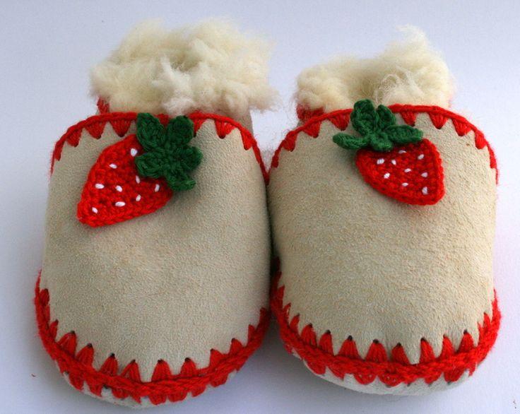 Hausschuhe, Lammfellschuhe, Pusche,  rot, Erdbeere von Margarete Rose auf DaWanda.com