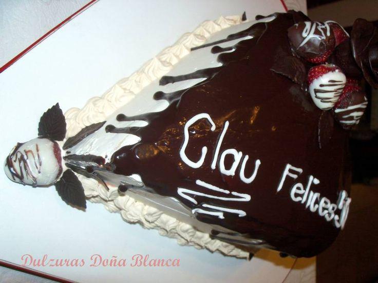 Torta de Cumpleaños, laterales de crema bañada en ganache de chocolate con frutillas bañadas y adornos de chocolate. (strawberry with chocolate. Tuxedo cake)