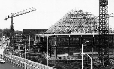 The construction of the Dolphin Centre, viewed from the Mercury Gardens car park, April 1981. http://www.romford.org/sports/swimming/dolphin/dolphin04.htm