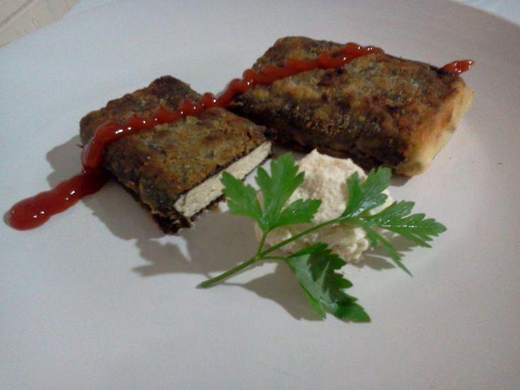 """Muitos chamariam de """"Peixe Vegano"""" ou """"Falso Peixe"""" mas melhor Tofu Empanado com Alga Nori, porque é o que realmente é, e fica uma delícia :)"""