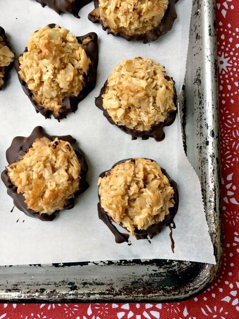Tendres macarons à la noix de coco. Information nutritionnelle (sans chocolat) pour chaque biscuit est inclus dans la recette.