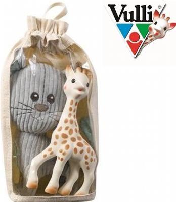 Zestaw Żyrafa Sophie z pluszowym kotem Lazar w bawełnianej torbie - Ten zestaw poza Żyrafką Sophie zawiera wspaniałą maskotkę, przedstawiającą kota Lazara. Poznaj swojego Maluszka z tym przyjaznym duetem, który pokocha od pierwszej chwili! Bawełniana torba może być później używana do przechowywania różnych przedmiotów Niemowlaczka.