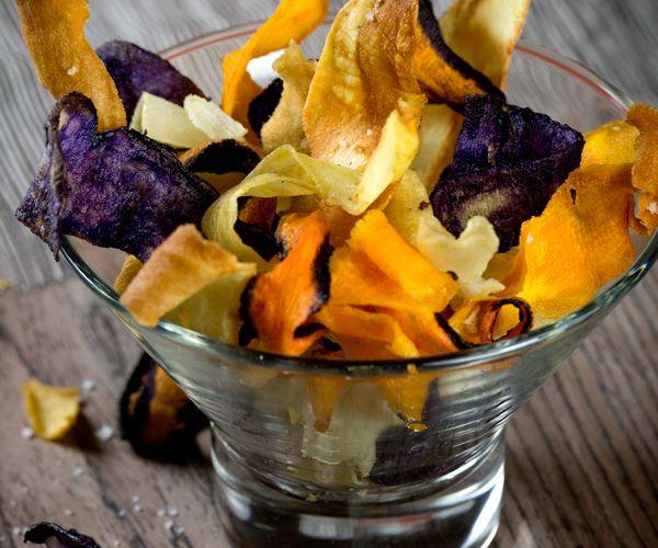 Pour un apéritif léger et réussi, nous vous conseillons cette recette facile et rapide pour faire des chips de légumes.