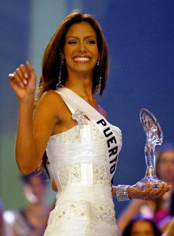 ¡En La Ruina! Ex Miss Puerto Rico Vende Su Trofeo