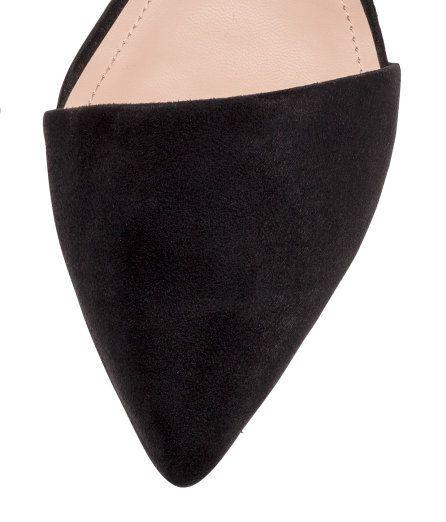 Check this out! Ballerinasko i imiteret ruskind. Skoene har spids tå og åbne sider. For i imiteret ruskind og sål i imiteret læder. Ydersål i gummi. – Gå ind på hm.com for at se mere.