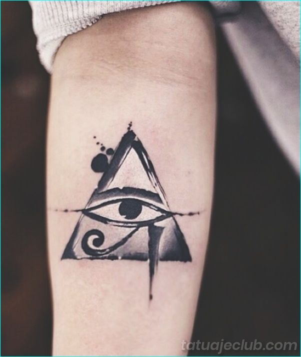 25 Simbolos De Tatuaje De Buena Suerte Con Un Significado Detras De Ellos Tatuajeclub Com Tatuajes De Ojo Egipcios Ojo De Horus Tatuaje Tatuaje Del Ojo De Ra