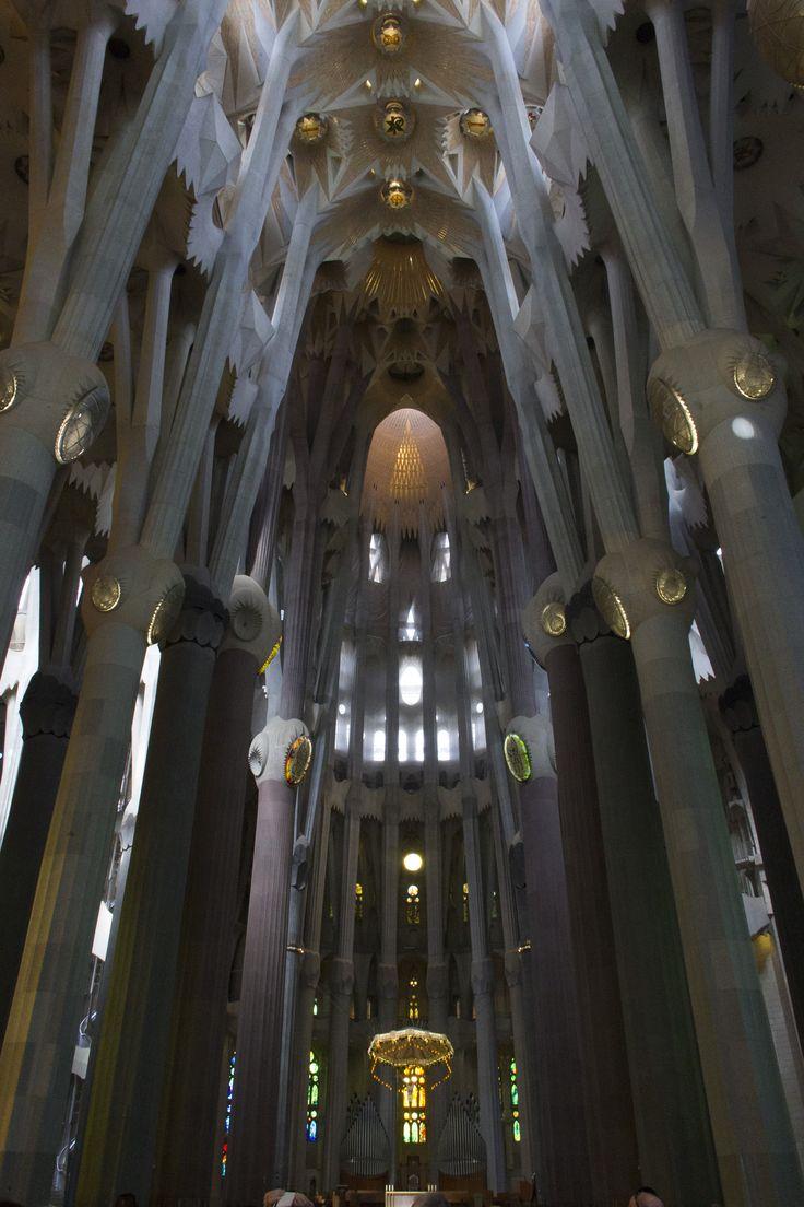 De Sagrada Família (Catalaans) of Sagrada Familia (Spaans), voluit Basílica i Temple Expiatori de la Sagrada Família, is een basiliek in Barcelona, Spanje naar een ontwerp van Antoni Gaudí. De naam betekent Heilige Familie.(©Dirk-Jan Bulstra , Canon EOS 600D 18-135mm)