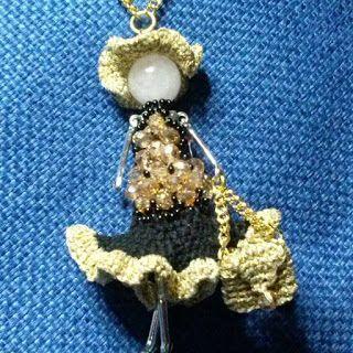 Collana bambolina Testa in perla,   Cappello e borsa in uncinetto.  Vestito in uncinetto e perline  http://donyscreations.blogspot.it/
