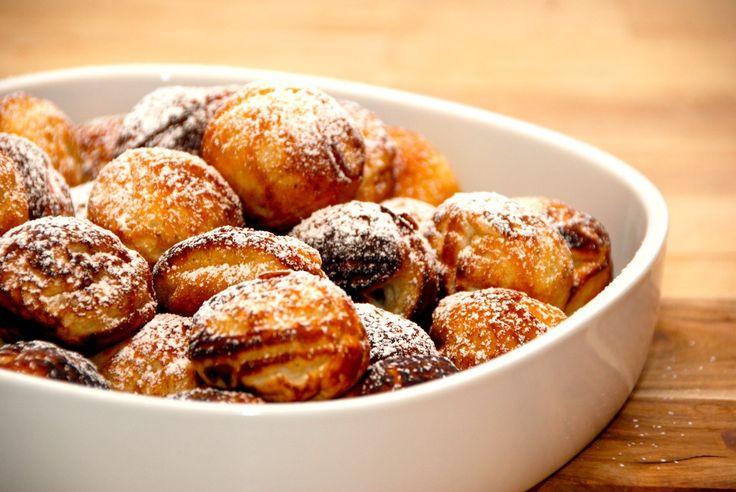 Opskrift på verdens bedste æbleskiver, der laves med kærnemælk og piskede æggehvider. Det giver en meget luftig æbleskivedej. Til cirka 40 af de bedste æbleskiver skal du bruge: 4 deciliter kærnemæ…