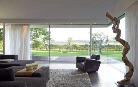 Wohnzimmer: Bodentiefe Fenster öffnen das Haus in den Garten.