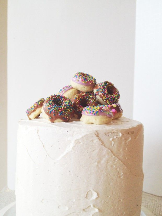 Love the look of mini donuts as a cake topping - nutella dOughnut birthday cake