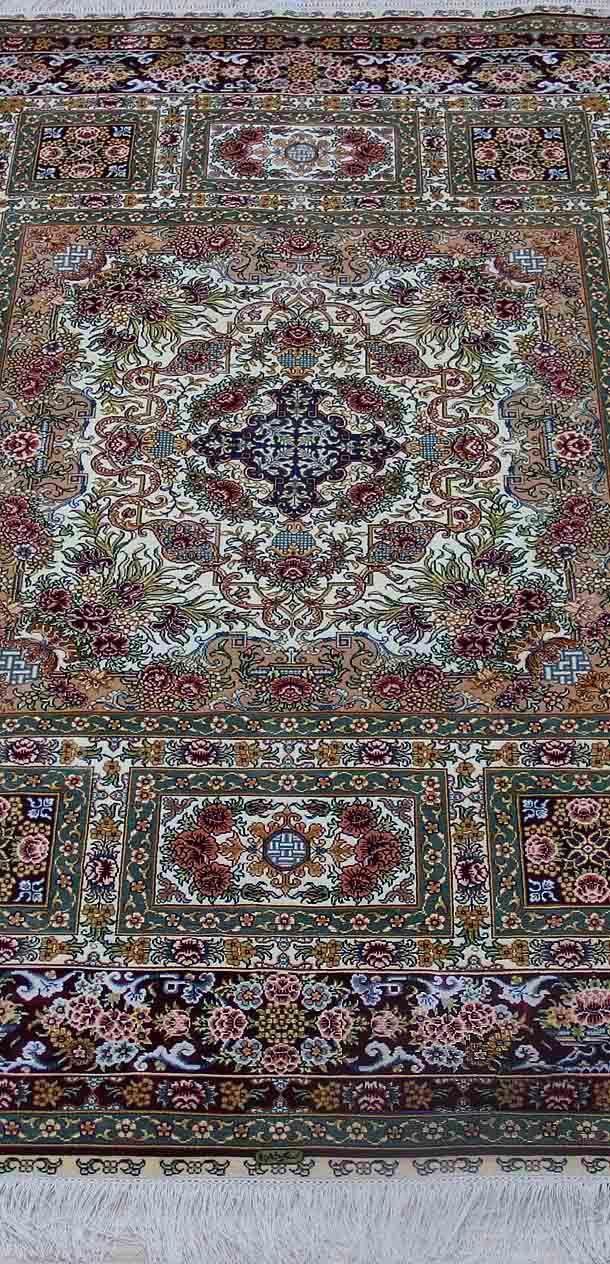 No.2346634, Handmade Silk Carpet. Kpsi 367, Density 230 lines. Size 4'x6' (122cm x 183cm). Real silk, Pure hand-made Origin: Henan China, Zhengzhou Yile Carpet Company. www.ylrug.com, info@ylrug.com, ylrug@126.com.+86-13849180658