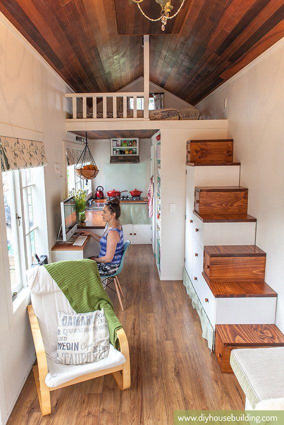 ロフトの下のワークスペースとキッチンとロフトに上がるための階段兼収納