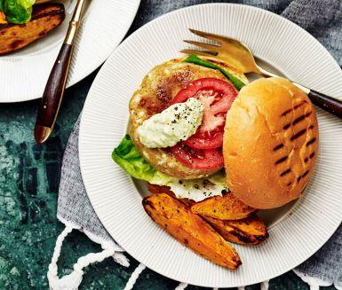 Älskar man inte hamburgare älskar man inte livet, och den här kikärtsburgaren är en riktigt mumsig variant! Burgarna har en bas av ärter och halloumi som gör de otroligt saftiga och goda. Fräsch avokadoröra och rostad sötpotatis står för de perfekta tillbehören. Hugg in och njut!