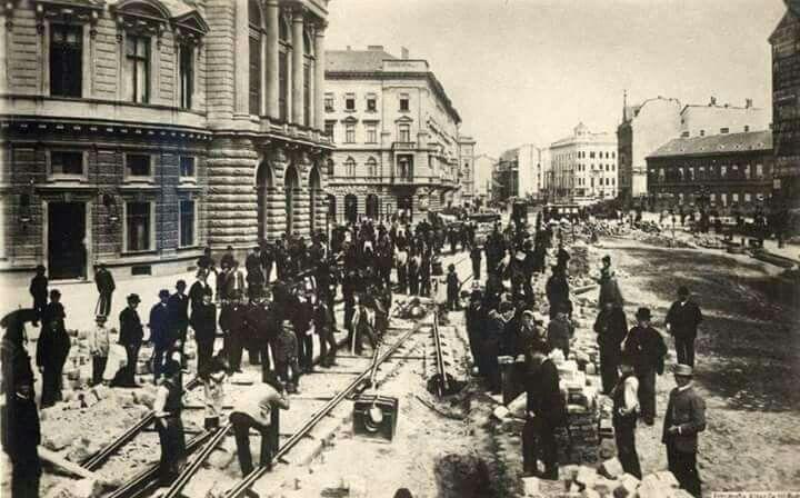 1895. Villamospálya építése a  köruton a Népszínháznál.