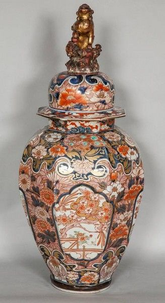 Early 18th century Japanese Imari and cover