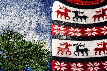 Sfondo natalizio con renne, neve, foglie di pino #celebrazioni #dicembre #festività #foglie #inverno #natale #natura #neve #pietre #pino #rami #renne #sfondo #sfondonatalizio #stagione #tuiaorientale #verde