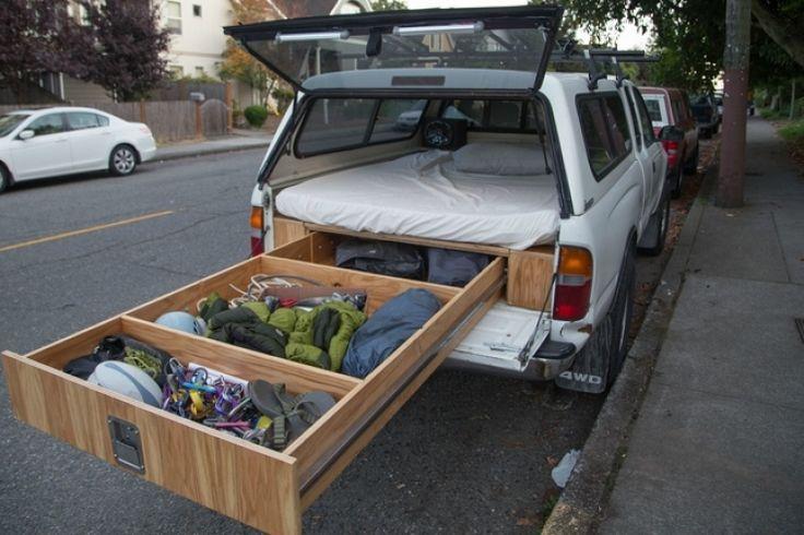 Un lit douillet, des haut-parleurs et un grand tiroir coulissant pour y entreposer ses vêtements, matériel de camping et tout ce dont il a besoin pour ses activités de baroudeur. Pas cool ça ?