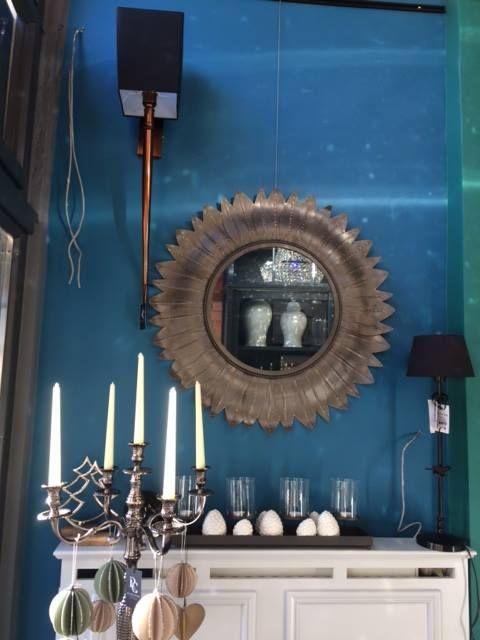 Kryształowe lampy we wnętrzach nie tylko nadają im charakter, ale i wypełniają pięknym widmem załamanego światła białego.