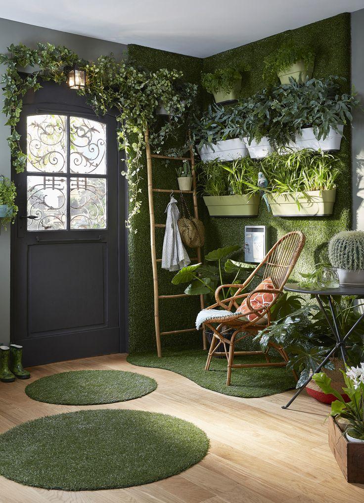 Offrez-vous un jardin en intérieur, en osant un mur végétal réalisé avec des vraies plantes, mais du faux gazon… Ambiance champêtre assurée ! #leroymerlin #green #verdure #gazon #tapis #vert #entree #hall #parquet #ideedeco #madecoamoi