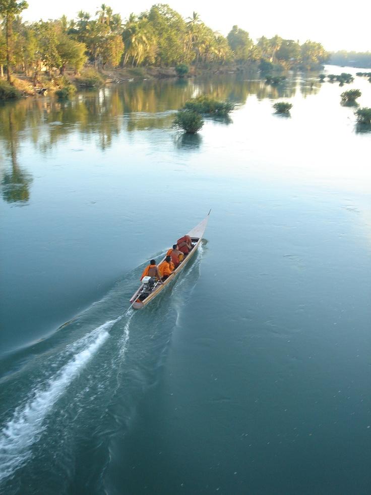 Op weg naar Khong Island, Laos. Als je van Zuid-Laos zuidwaarts langs de machtige Mekong rivier naar Cambodja reist passeer je het eilanden gebied Sipandone. In het droge seizoen, als het waterpeil langzaam is gezakt, worden veel eilanden drooggelegd en ontstaan er zo'n 4000 eilandjes.