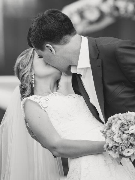 Eine Hochzeit kann ganz schön überwältigend sein. So erging es wohl auch der Brautjungfer und Schwester des Bräutigams- denn die wurde