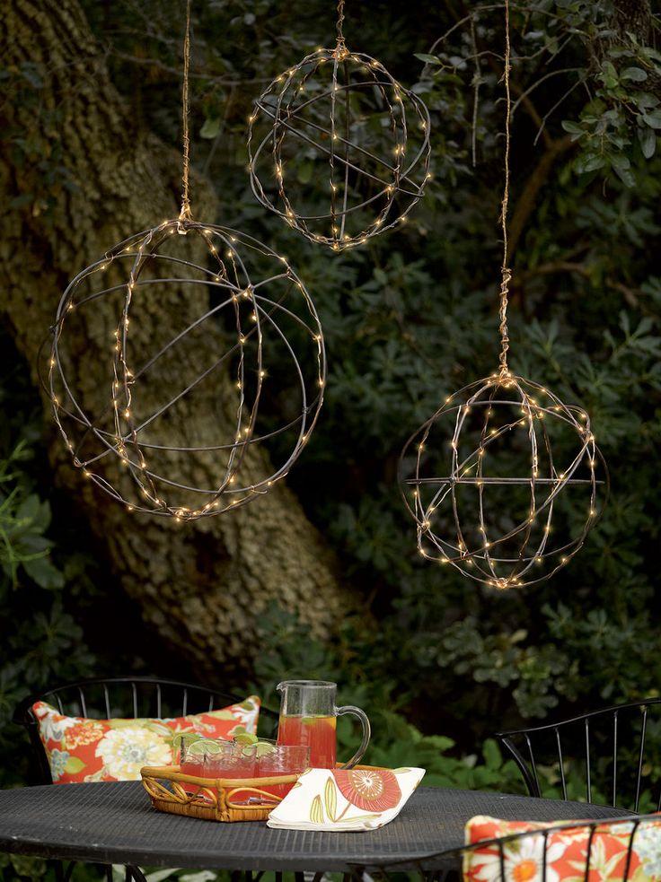 Zelf tuinverlichting maken hoeft helemaal niet moeilijk te zijn! Neem een rol staaldraad, een lichtsnoer en hang deze verlichte bollen op! #tuin #tuinverlichting #DIY #kwantum