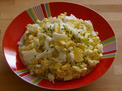 salades,  pel de eieren een snij ze fijn. meng de magere yoghurtdressing met de demi crème  fraîche, peper, zout kerriepoeder en bieslook.