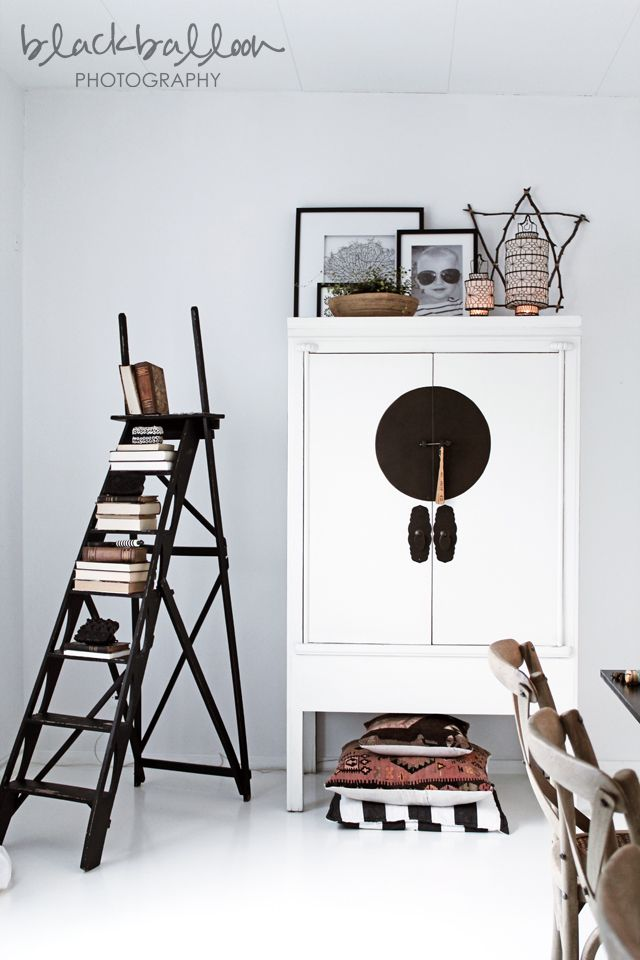 """This arrangement of the cabinet is fantastic -- See the trick: decorative objects with heights, different sizes, arranged in """"layers"""", ie some back, others in front."""