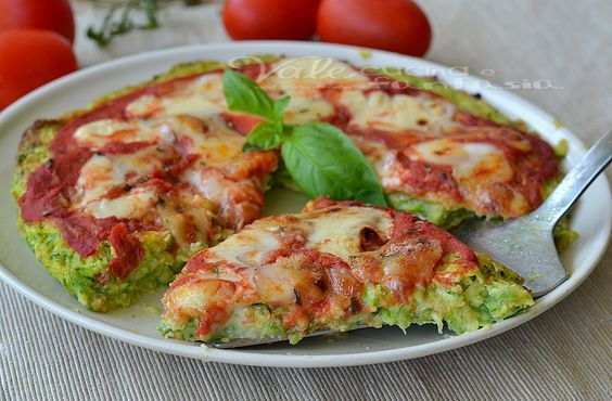 Pizza di zucchine con pomodoro e mozzarella ricetta veloce