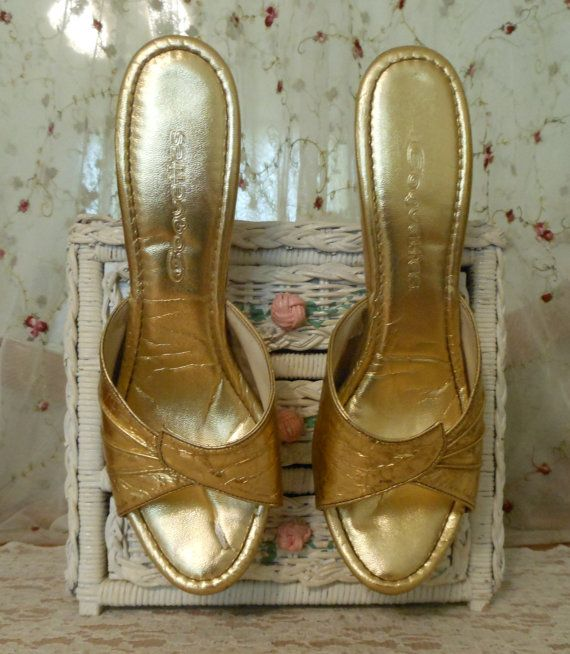 Vintage 50s metallic gold Springolator style stiletto shoes by Coquettes, Size 8  Please use the zoom feature to see larger pictures. These stunning shoes feature a metallic gold leather upper completely lined with off white leather. Although these are in the style of the famous Springolator shoes, they do not have the elastic straps in the foot bed. Padded metallic gold foot bed as pictured. Stacked wood sole and heel with a small gold color metal band around the bottom as pictured…