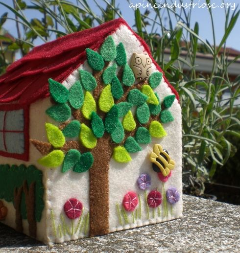 casetta di pannolenci - little felt house Could make to cover something?