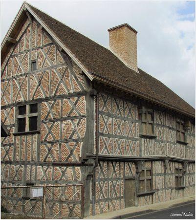 Courmemin :  Une vieille maison Solognote du XVème siècle, magnifiquement restaurée,  aurait appartenu à un capitaine des gardes de Jeanne d'Arc.