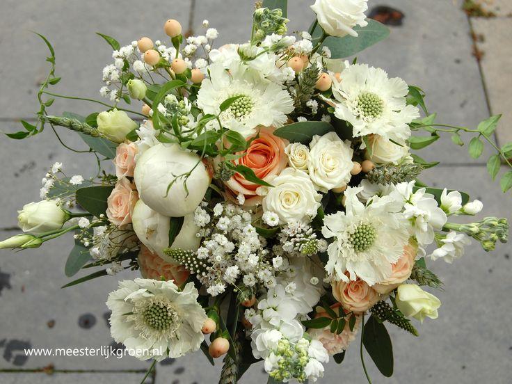 Romantisch hand gebonden bruidsboeket van zomerbloemen in wit en zalm / zacht oranje tinten. Verwerkt zijn o.a. scabiosa (duifkruid), pioenrozen, trosroosjes, jasmijnranken, gipskruid. Www.meesterlijkgroen.nl