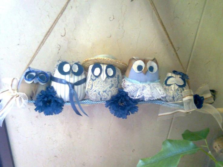 Famigliola di gufetti...Cinque fantastici gufi di stoffa imbottiti in bella mostra su un ramo sbiancato...da appendere....€ 15.00