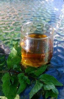 Мятный ликер и мятно-лимонный коктейль из него а-ля Махито. 1 ст сухих или 2 ст. свежих листьев перечной мяты 3 ст. водки, 1 ст. сахарного песка, 0.5 ст воды.