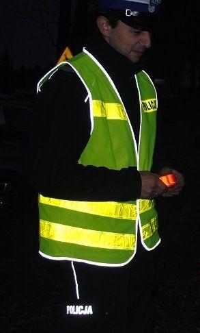 Mandaty dla pieszych za brak odblasków  Pod koniec sierpnia ubr. wprowadzony został obowiązek noszenia odblasków przez pieszych. Od tego momentu każdy pieszy poruszający się po zmierzchu poza obszarem zabudowanym  ma obowiązek noszenia elementów odblaskowych w miejscu widocznym dla kierowcy. Wszystko po to aby  zwiększyć swoje bezpieczeństwo na drodze.    Czytajcie dalej..... http://www.mamnewsa.pl/newsy,9682-region-mandaty-dla-pieszych-za-brak-odblaskow